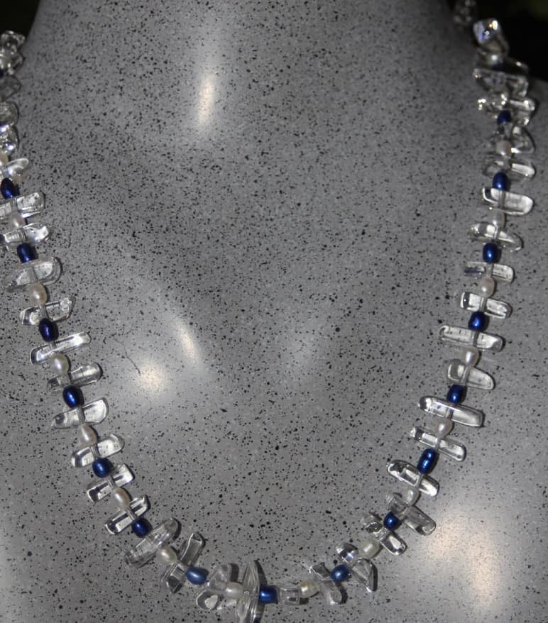 bergskristalshalsband-med-bla-vita-parlor