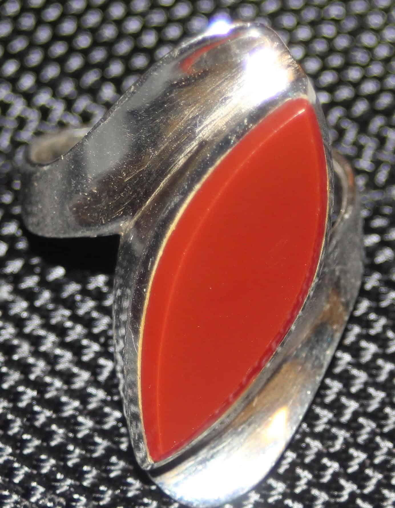 ring-med-brun-sten